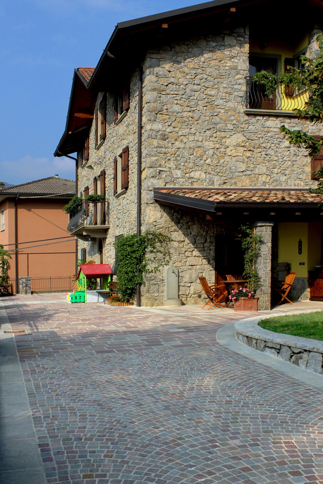 [27] Intorno ad antiche pietre - homes, porphyry, quartzarenite, grey and purple porphyry, grey quarzarenite, stone paving, pavé, stairs, ramps accessible by vehicles