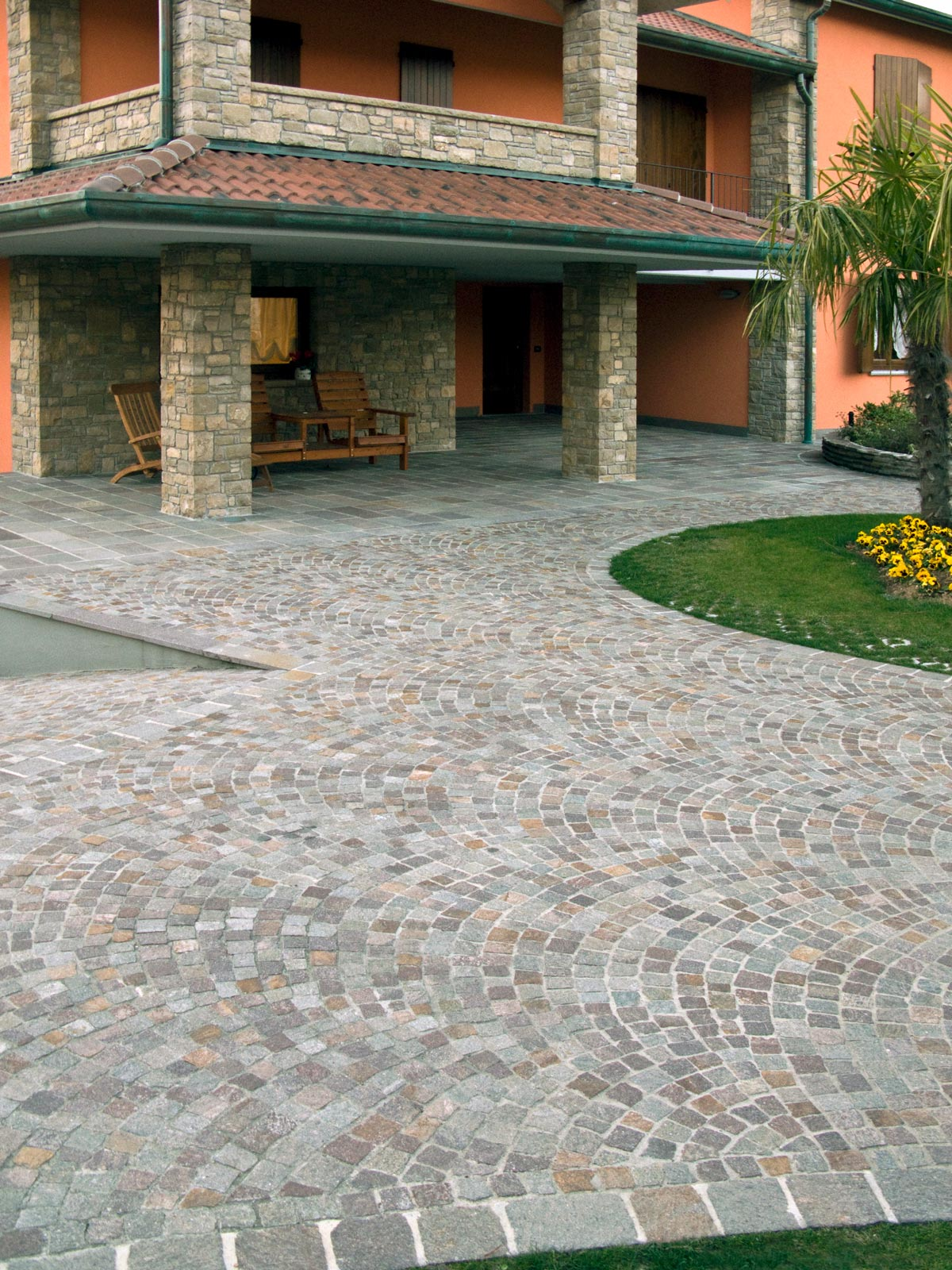 [43] Pavé sinuoso - homes, porphyry, grey and purple porphyry, pavé, ramps accessible by vehicles